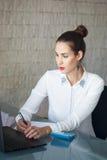 Bizneswomanów czytelniczy dane i piszą czerń papier Obrazy Royalty Free