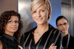 bizneswomanów dźwignięcia czekanie Fotografia Royalty Free