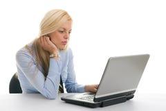 bizneswomanów laptopu czytanie zdjęcia stock