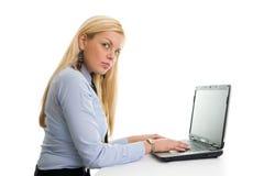 bizneswomanów laptopu pisać na maszynie Obrazy Stock