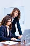 bizneswomanów laptopu używać Obrazy Stock