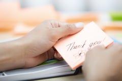 Bizneswomanów mień kleista notatka z Dziękuje ciebie tekst Zdjęcia Royalty Free