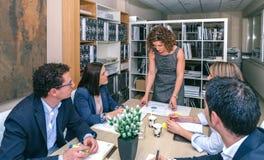 Bizneswomanów przyglądający wykresy w spotkaniu Obraz Stock