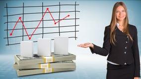 Bizneswomanów punktów ręka na białych pudełkach i pieniądze Zdjęcia Stock