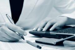 bizneswomanów raportów pieniężny pracować Zdjęcie Stock