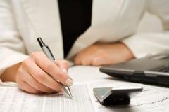 bizneswomanów raportów pieniężny pracować Zdjęcia Stock