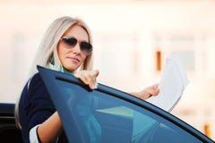 bizneswomanów raporty pieniężni szczęśliwi Obrazy Stock