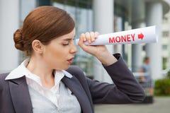 Bizneswomanów spojrzenia dla pieniądze. Zdjęcia Royalty Free