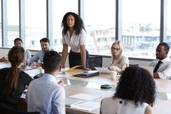 Bizneswomanów stojaki Adresować spotkania Wokoło deska stołu Obrazy Royalty Free