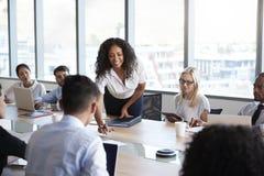 Bizneswomanów stojaki Adresować spotkania Wokoło deska stołu Obraz Stock