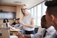 Bizneswomanów stojaki Adresować spotkania Wokoło deska stołu Fotografia Royalty Free