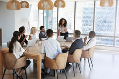Bizneswomanów stojaki Adresować spotkania Wokoło deska stołu Zdjęcie Royalty Free