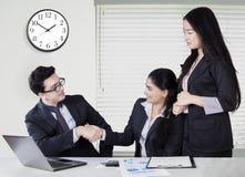 Bizneswomanów uściski dłoni z ona partner Obraz Stock