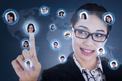 Bizneswoman łączy cyfrowa sieć Obrazy Stock