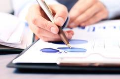 Bizneswoman analizuje inwestycj mapy Zdjęcie Stock
