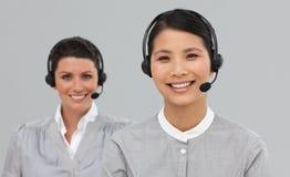 bizneswoman atrakcyjna słuchawki dwa Zdjęcia Royalty Free