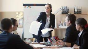 Bizneswoman bardzo zawodzi z pracą jej pracownicy, wraca one reprymendy i papiery głośno zdjęcie wideo