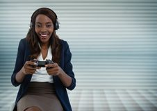 Bizneswoman bawić się z gra komputerowa kontrolerem Zdjęcia Stock
