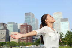 Bizneswoman beztroski w miastowym mieście - sukces Zdjęcia Stock
