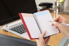 Bizneswoman bierze notatki w agendzie Fotografia Stock