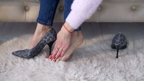 Bizneswoman bierze ona buty daleko po długiego dnia zdjęcie wideo