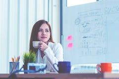 Bizneswoman bierze przerwę w biurowy relaksować z kawą obrazy stock