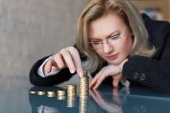 Bizneswoman budowy euro kolumny Zdjęcie Stock