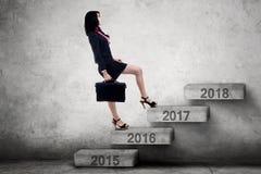 Bizneswoman chodzi na schodkach liczby 2017 Obraz Stock
