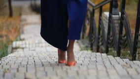 Bizneswoman chodzi w górę schodków na schody zbiory wideo