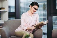 Bizneswoman czyta książkę zdjęcie royalty free