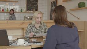 Bizneswoman czytelnicza polisa ubezpieczeniowa w kawiarni zdjęcie wideo