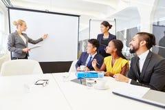 Bizneswoman daje konwersatorium dla biznesowego szkolenia zdjęcia stock