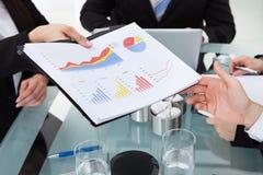 Bizneswoman daje postęp mapie kolega Zdjęcie Stock