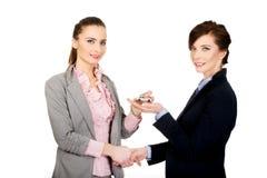 Bizneswoman daje samochodowi jej partner Zdjęcie Royalty Free
