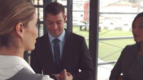 Bizneswoman daje wizytówce i uściskowi dłoni zdjęcie wideo