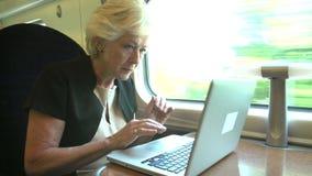 Bizneswoman Dojeżdżać do pracy Pracować Na Taborowym I Używa laptopie zdjęcie wideo