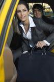 Bizneswoman Dostaje Z taxi zdjęcie stock