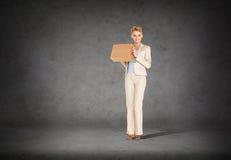 Bizneswoman dostarcza karton Zdjęcia Royalty Free