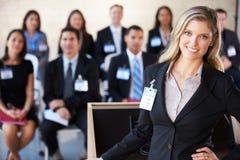 Bizneswoman Dostarcza prezentację Przy konferencją Zdjęcie Stock