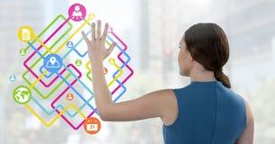 Bizneswoman dotyka cyfrowo wytwarzać złączone ikony obrazy stock