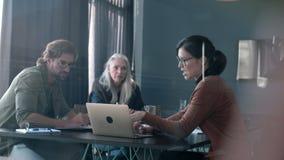 Bizneswoman dzieli jej propozycję z drużyną w spotkaniu zbiory
