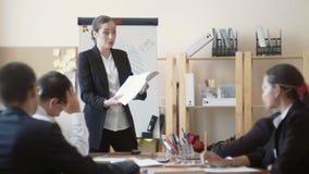 Bizneswoman głośno przysięga przy spotkaniem z jego podwładnymi w biurze zbiory wideo