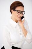 Bizneswoman gawędzi na wiszącej ozdobie w szkłach Zdjęcie Royalty Free