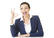 Bizneswoman gestykuluje ok szyldowego Obraz Royalty Free
