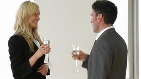 Bizneswoman i biznesmen świętuje sukces z szampanem zbiory wideo