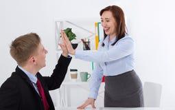 Bizneswoman i biznesmen daje wysokości pracie na dobre przy biurowym tłem Sztandaru biznesu pojęcie kosmos kopii Fotografia Royalty Free