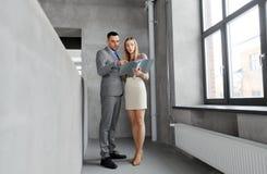 Bizneswoman i biznesmen z falcówką Zdjęcia Royalty Free
