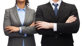 Bizneswoman i biznesmen z krzyżować rękami Zdjęcia Royalty Free