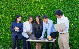 Bizneswoman i biznesmena spotkanie na zewnątrz biurowego używa lapto Fotografia Royalty Free