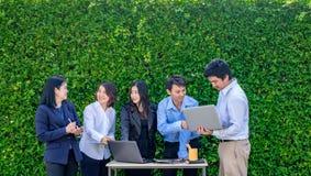 Bizneswoman i biznesmena spotkanie na zewnątrz biurowego używa lapto Obrazy Stock